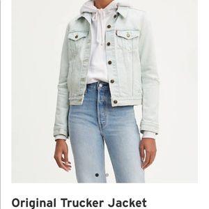 NWT Levi's trucker light denim jacket medium
